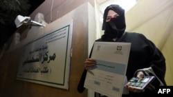 Кандидат до міської ради міста Дірії Альджазі аль-Хуссаїні показує документ на право брати участь у виборах, кінець листопада 2015 року