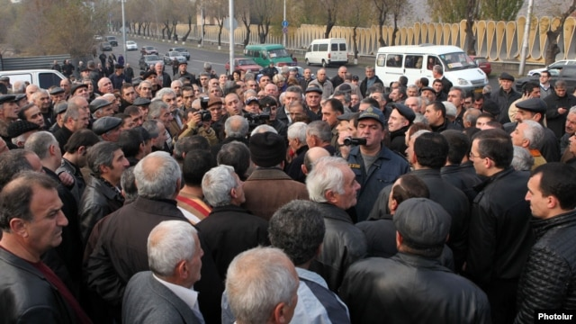 Armenia - Workers of the troubled chemical plant Nairit protest in Yerevan, 26Nov2012.