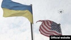 Ukrayna və ABŞ bayraqları.