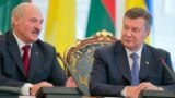 Ukraine -- President Viktor Yanukovych (L) and his Belarusian counterpart Alyaksandr Lukashenka during a welcoming ceremony in Kyiv, 18Jun2013