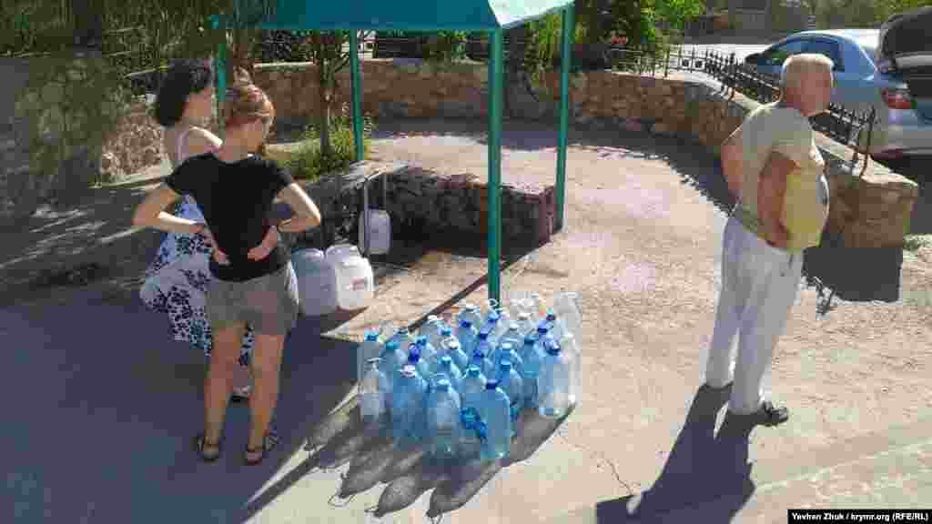 У селі діє свердловина з термальною артезіанською водою, за якою сюди приходять не тільки місцеві, а й приїжджають на автомобілях севастопольці