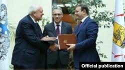 Мэр Еревана Тарон Маркарян (справа) и мэр Марселя Жан-Клод Годен (слева) после подписания соглашения о сотрудничестве, Ереван, 24 октября 2013 г. (Фотография - пресс-служба мэрии Еревана)