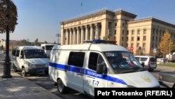 """""""Астана"""" алаңында тұрған полиция газельдері. Алматы, 26 қазан 2019 жыл."""