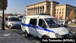 Микроавтобусы полиции у площади Астана в Алматы. 26 октября 2019 года.
