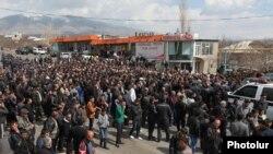 ՀԷԿ-ի կառուցման դեմ դուրս եկած գյուղացիները փակել են Վանաձոր Երևան մայրուղին, 19-ը մարտի, 2014