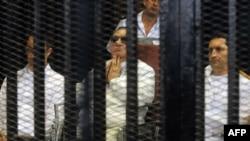 Экс-президент Египта Хосни Мубарак (в центре) на скамье подсудимых.