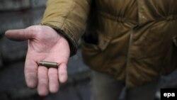Протестувальник показує кулю від пострілу міліції, 20 лютого 2014 року