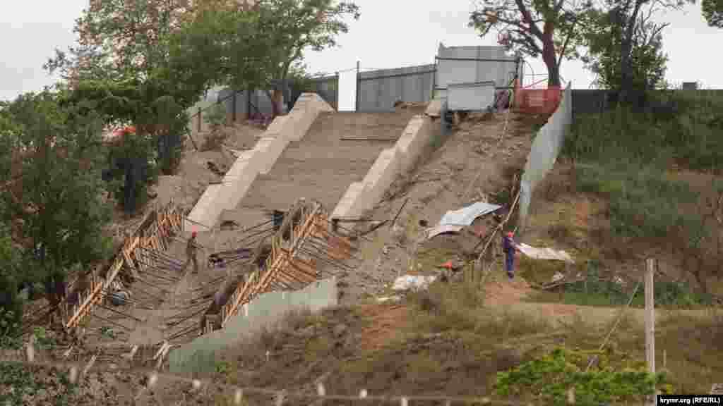 Так выглядит фрагмент демонтированных ступеней Большой Митридатской лестницы в Керчи. Работы по укреплению лестницы до сих пор не окончены
