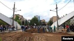 """Foto nga punimet për vendosjen e """"Parkut të paqes"""" në qershor të 2014-s."""