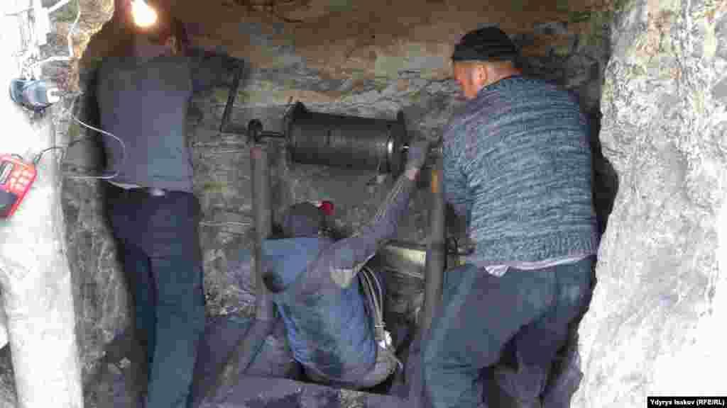 """Шахтеры называют себя """"апачи"""". Они добывают уголь на глубине 15-60 метров ручным трудом, после чего поднимают мешки на поверхность при помощи тросов."""