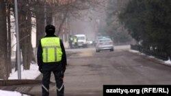 Жол полициясы инспекторы. Алматы, 12 қаңтар 2012 жыл. (Көрнекі сурет).