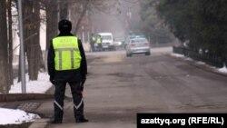 Жол полициясы инспекторы көшені жауып тұр. Алматы, 12 қаңтар 2012 жыл. (Көрнекі сурет)