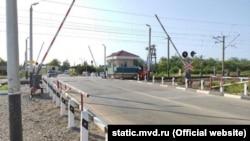 Железнодорожный переезд в поселке Октябрьское, Красногвардейский район Крыма