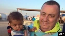 Britaniku Alan Henning në një kamp të refugjatëve në kufirin ndërmjet Sirisë dhe Turqisë para se të rrëmbehej nga militantët