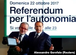 Сільвіо Берлусконі (праворуч) та Роберто Мароні (ліворуч) під час прес-конференції про референдуми щодо автономії Ломбардії. Мілан, 18 жовтня 2017 року