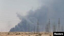 Дым на фабрыцы ў Абкайк, што ў Саудаўскай Аравіі, пасьля аюстрэлу 14 верасьня