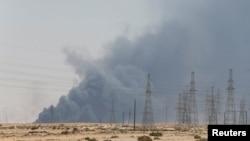 Дым над местом пожара на нефтеперерабатывающем предприятии в Саудовской Аравии. 14 сентября 2019 года.