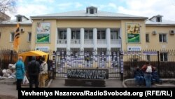 Активісти заблокували вхід у будівлю «Сбербанку» в Запоріжжі