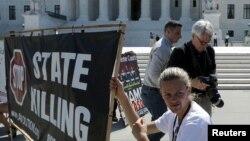 В Вашингтоне перед зданием Верховного суда США собрались противники смерной казни, 29 июня 2015