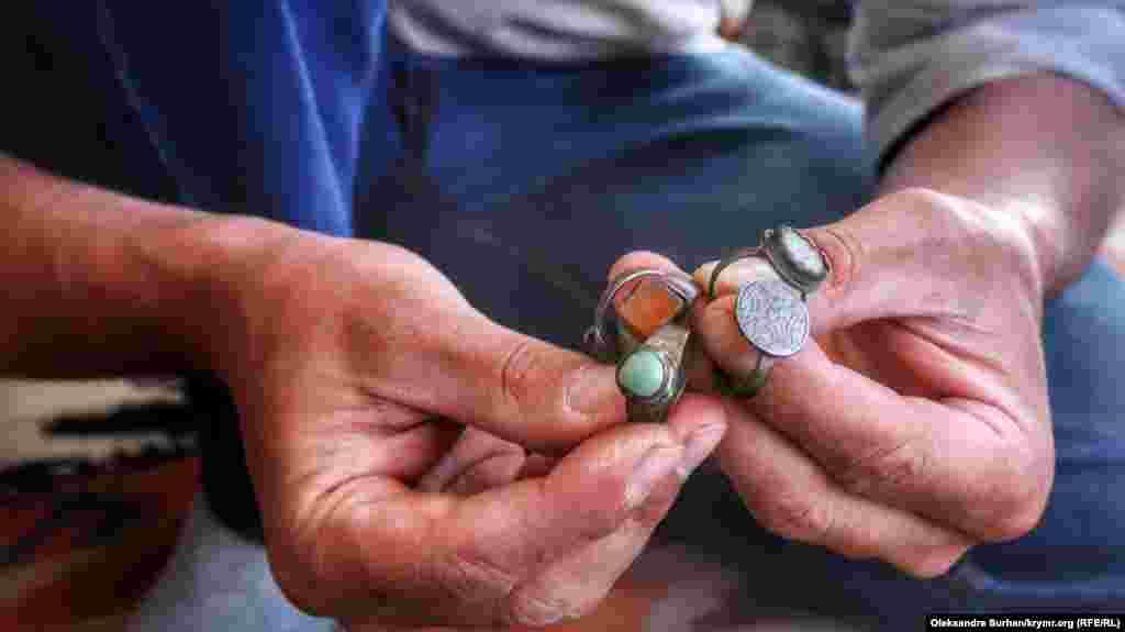 Ібраїм Ібрагімов розповідає, що поміняв ці п'ять старовинних перснів на шпильку, а пізніше вона повернулася до нього знову