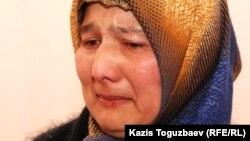 Гульнора Кодирова, жена узбекского беженца-мусульманина Кобилджона Курбонова дает показания суду о пытках в Узбекистане. Алматы, 22 декабря 2010 года.
