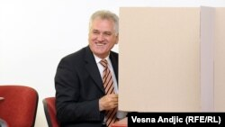 Кандидат в президенты Томислам Николич голосует на выборах в Сербии