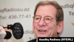 Դեսպան Ռիչարդ Մորնինգսթարը «Ազատություն» ռադիոկայանի Բաքվի ստուդիայում, արխիվ