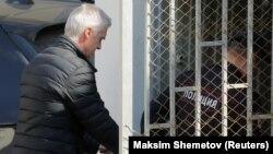 Майкл Калви, один из первых инвесторов в Рунет, доставлен в суд из следственного изолятора