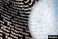 Numele victimelor înscrise pe ochiul metalic al monumentului