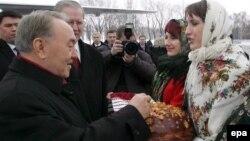 Президента Казахстана Нурсултана Назарбаева приветствуют в Киеве. 1 февраля 2007 года. Иллюстративное фото.