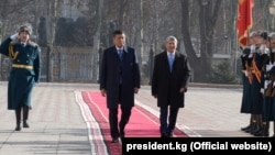 Сооронбай Жээнбеков и Алмазбек Атамбаев. 24 ноября 2017 года.