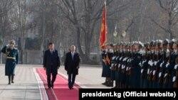 Экс-президент Алмазбек Атамбаев менен жаңы шайланган президент Сооронбай Жээнбеков. 24-ноябрь.