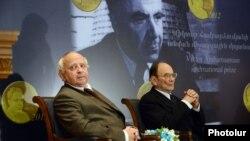 Վիկտոր Համբարձումյանի անվան միջազգային մրցանակի դափնեկիրներ Իգոր Նովիկովը (ձ) եւ Յան Էյնաստոն: