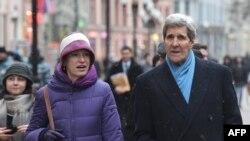Селеста Уолландер и госсекретарь США Джон Керри на Арбате. Москва, декабрь 2015 года