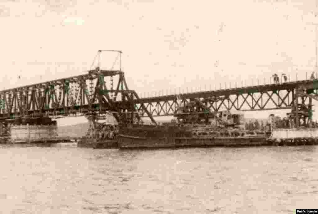 Однако построенный в авральном порядке к ноябрю1944 года –к 27-й годовщине Октября – мост оказался недолговечным. В феврале 1945 года по нему еще успела проехать советская делегация на Ялтинскую конференцию, но потом началась резкая оттепель, ледостав на Азовском море тронулся, и мощные льды снесли непрочный мост.