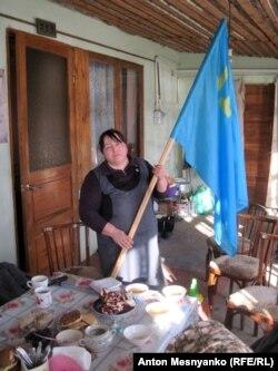 Еміне попросила сфотографувати її з кримськотатарським прапором