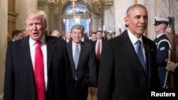 این تصویر از ۲۰ ژانویه ۲۰۱۷ مراسم سوگند ریاستجمهوری دونالد ترامپ را نشان میدهد در حالیکه باراک اوبا در حال همراهی او در حرکت به سوی محل مراسم است.