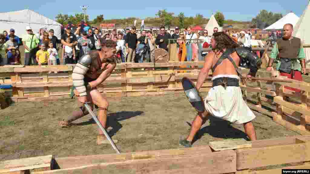 Каскадеры в костюмах античных гладиаторов показали бесплатный бой с условными ранениями холодным оружием