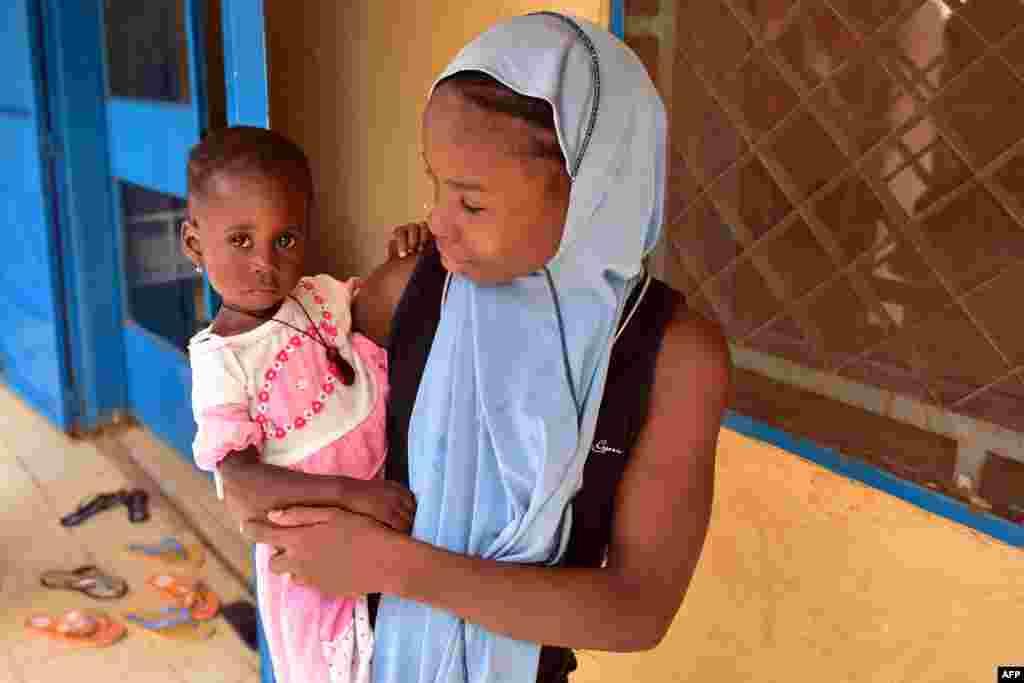 По данным UNICEF, 77% девочек из Нигера выходят замуж до 18 лет, 30% – до 15 лет. Из-за ранних браков и бедности дети, в основном девочки, не могут продолжать обучение в школах, либо вообще их не посещают. Только 52% мальчиков в Нигере посещали хотя бы начальную школу. Но лишь 23% девочек получили образование