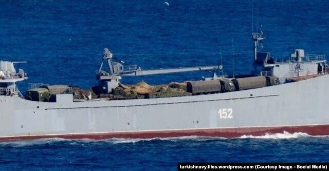 """Большой десантный корабль """"Николай Фильченков"""" с военной техникой на палубе в проливе Босфор, начало сентября 2015 года"""