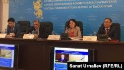 В центре — Гульжахан Бимендина, заместитель директора департамента развития инфраструктуры экономики министерства национальной экономики Казахстана, во время пресс-конференции в службе центральных коммуникаций. Атырау, 20 апреля 2016 года.