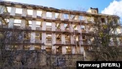 Развалины казармы