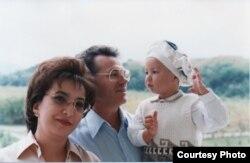 Виктор Храпунов с женой Лейлой и сыном. Алматы, 2000 год.