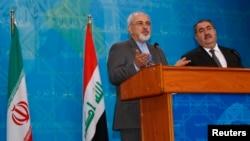 Irak - Ministri i Punëve të Jashtme të Iranit Javad Zarif (M) gjatë një konference për shtyp me homologun irakian Hoshyar Zebari në Bagdad (Ilustrim)