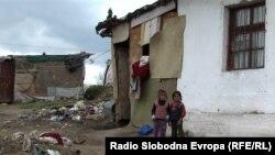 Ромски деца во населбата Тризла во Прилеп.