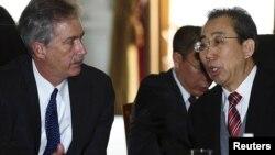 وو هایلونگ، نماینده چین در مذاکرات استانبول، (راست) در کنار ویلیام برنز مذاکرهکننده آمریکایی
