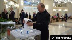 Vladimir Putin votându-și prelungirea mandatelor prezidențiale, în Moscova, 1 iulie