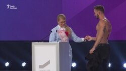 Мужчина с голым торсом перед Тимошенко: пиар или провокация? (видео)