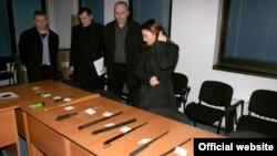 Архивска фотографија: Оружје пронајдено кај ученици при претрес на МВР во Скопје на 10 март 2012 година.