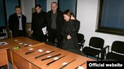 Оружје пронајдено кај ученици при претрес на МВР во Скопје